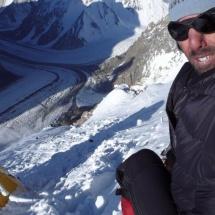 retrato do acampamento 2 com o Glaciar Gold Austwin ao longe Pakistão 2007