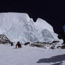Passagem chave do Bottle Neck que obriga os alpinistas a passar por debaixo de gelo quase vertical K2 Pakistão 2007