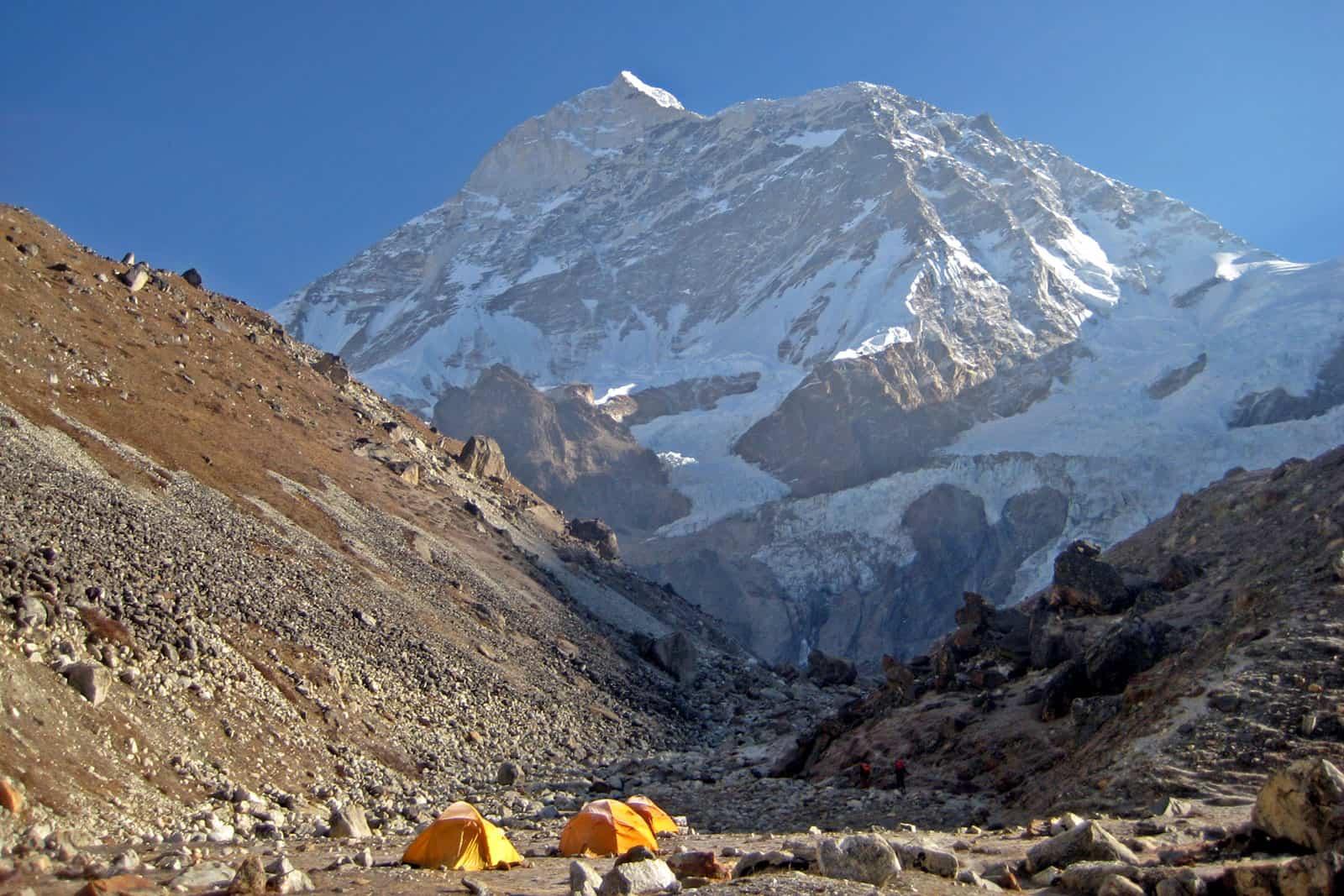 Acampamento em vale junto a pico nevado